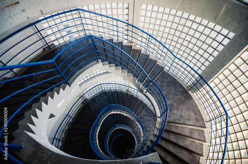 Photo Beautiful and hypnotic spiral convoluted staircase, wide angle