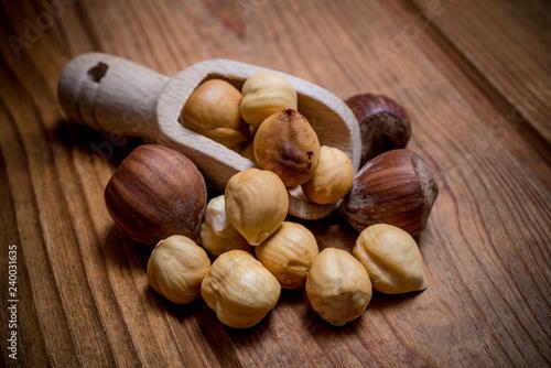 Fotografía peeled hazelnuts on wooden spoon