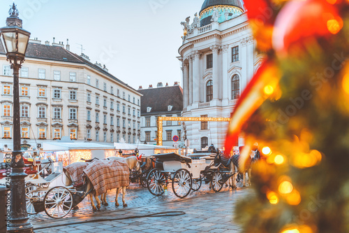 Photo Hackney cab on Christmas market at Hofburg Palace in Vienna