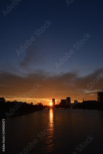 Foto op Plexiglas Antwerpen Sonnenuntergang über der Skyline von Frankfurt am Main