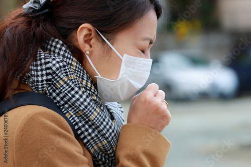 Fotografie, Obraz  辛そうな表情しているマスクの女性