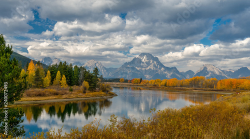 Fotografía Alpine lake and colorful trees with reflection and mountain landscape