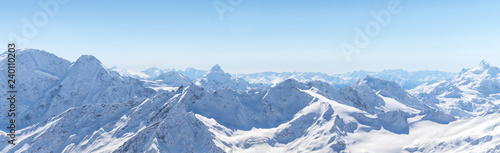 Foto auf Gartenposter Landschaft White snowy winter Caucasus mountains at sunny day. Panorama view from ski slope Elbrus, Russia