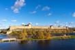 zamek na rzece jesienią