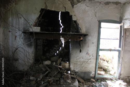 Plakat Trzęsienie ziemi zniszczyło stary dom