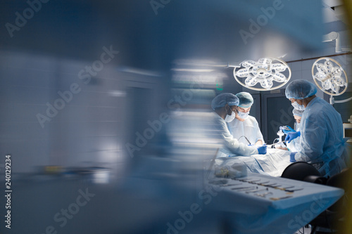 Fotomural Operation room surgery in hospital, blurred figures