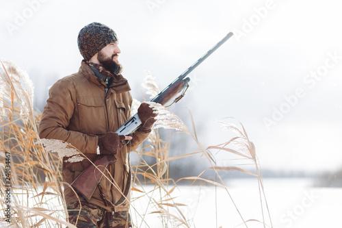 Fotografía careful hunter with a license