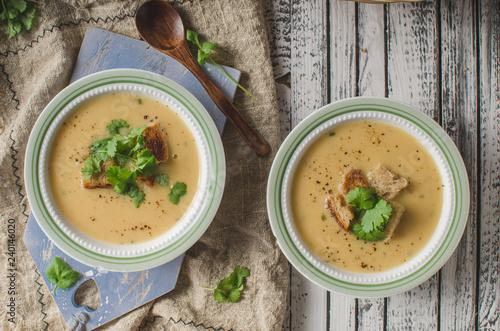 Carta da parati Creamy mushroom soup with fresh herbs garlic croutons