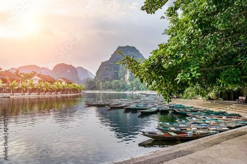 Foto  Beautiful view of rowboats in Tam Coc, Ninh Binh, Vietnam