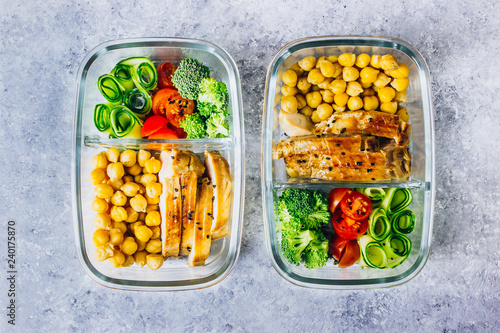Assortiment Healthy meal prep containers chicken and fresh vegetables.