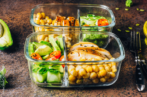 Papiers peints Assortiment Healthy meal prep containers chicken and fresh vegetables.