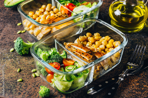 Crédence de cuisine en verre imprimé Assortiment Healthy meal prep containers chicken and fresh vegetables.