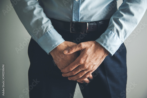 Valokuva hands holding crotch