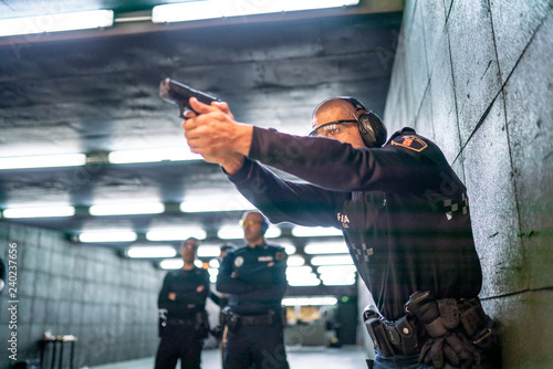 Fotomural  Police training in shooting gallery with short weapon.