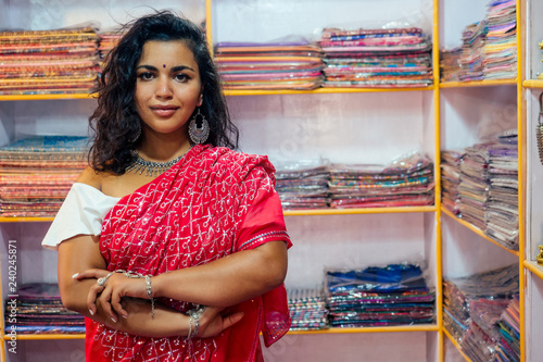Fotografia business lady in red traditional sari and jewelery clothes shop owner cashmere yak wool shawls