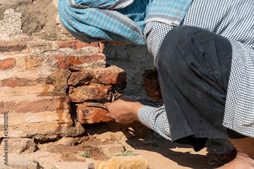 Restaurador trabajando para arreglar un muro de un templo en Bagan Wallpaper Mural