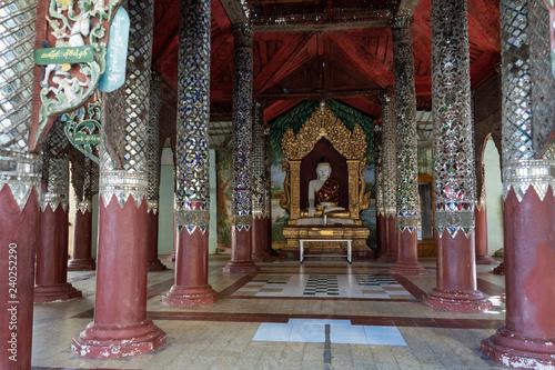 Templo con columnas decorada y al fondo un buda. Bagan, Myanmar Canvas Print