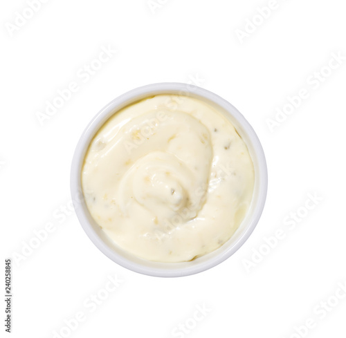 Photo  Tartar sauce in ceramic bowl isolated on white background