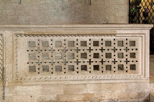 Fototapeta Cattedrale di Bari; balaustra in marmo intagliato