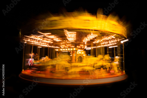 Cuadros en Lienzo manège carrousel tourner cercle lumière pose lente trace lumineuse soucoupe vola