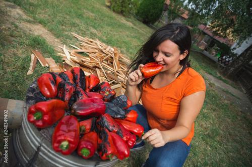 Fotografia  Women eating and baking sweet red paprika