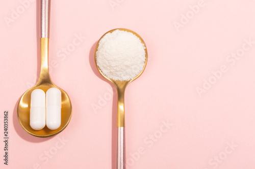 Carta da parati  Collagen powder and pills on pink background
