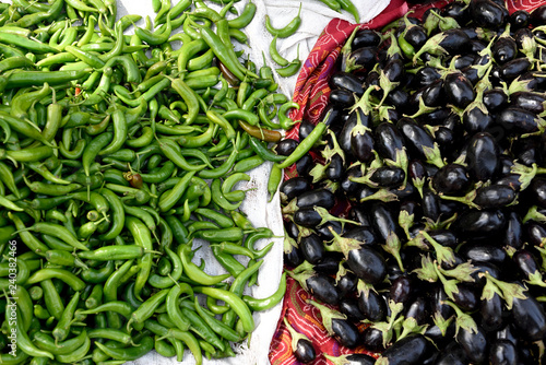 Photo  Green chili peppers and eggplant in a farmers vegetable market in Jaipur, Rajasthan, India