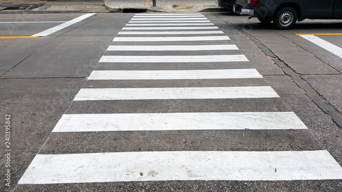 Foto crosswalk on the road for safety when the car has passed the white crosswalk sig