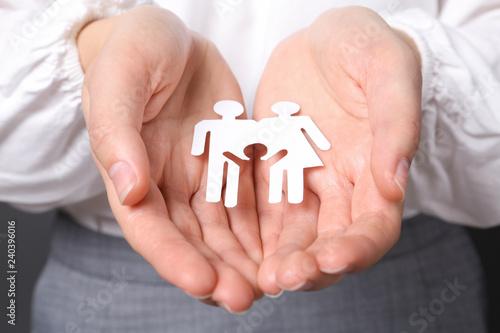 Photo  Woman holding cutout paper family, closeup