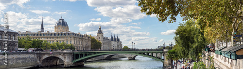 Foto  Panoramic of the Tribunal de Commerce, the Conciergerie and Pont Notre Dame on t