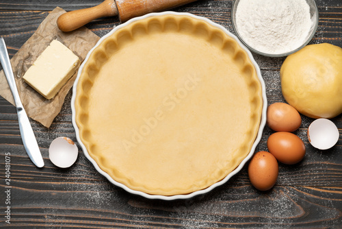 Fotografia shortbread dough for baking quiche tart and ingredients in baking form