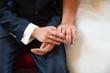 Eheringe an den Händen des Brautpaares