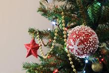 Czerwona Bombka Choinkowa Z Ornamentem śniegu Na Choince świątecznej, Boże Narodzenie.