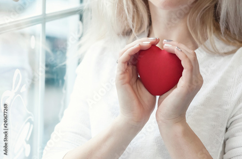Fotografía  Woman take care a red heart