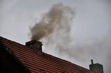 Fototapeta Na sufit - Dym z komina domu