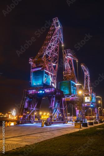 Fotografía Illuminated old port cranes on a boulevard in Szczecin City at night