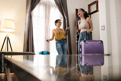 Fotografia Excited Travel Partners Arriving to Great Bed and Breakfast Location
