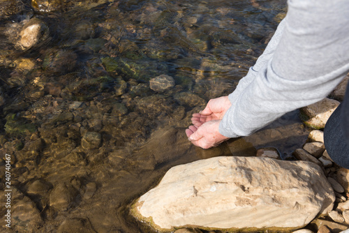 Fotografía  Se lava las manos en el río