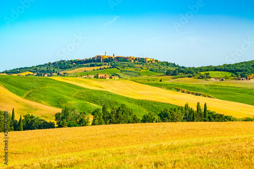Fotobehang Heuvel Beautiful hilly tuscany with the hill top town Pienza