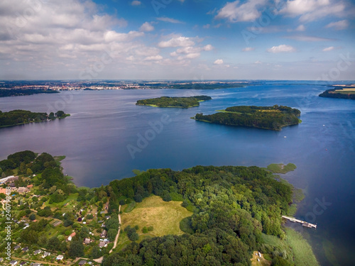 einsame verlassene Inseln auf einem See, mecklenburische Seenplatte, Luftbild