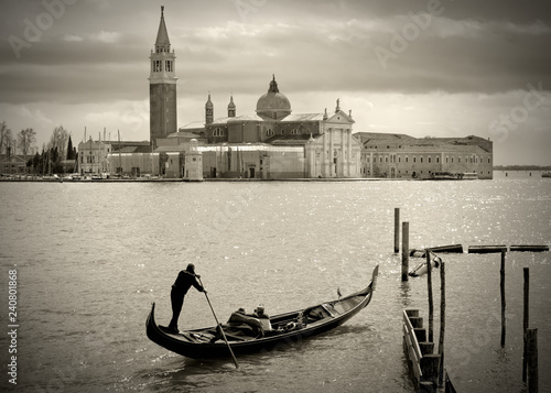 Türaufkleber Gondeln Gondolier in front of San Giorgio Maggiore, Venice