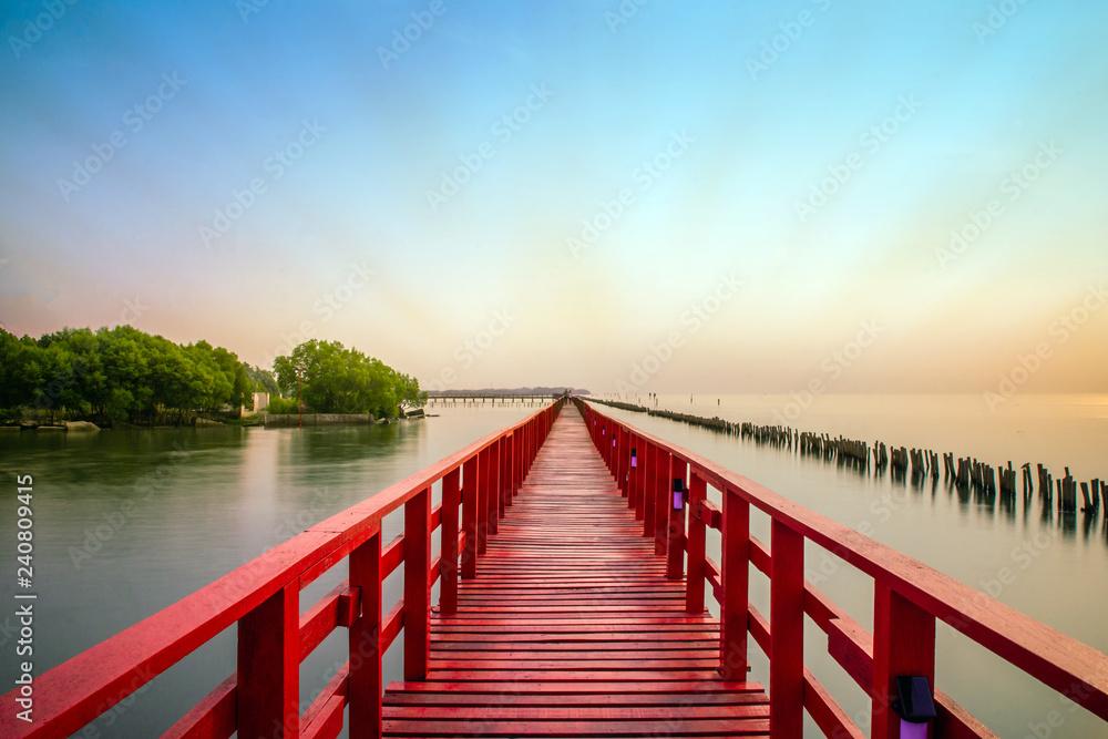 Długi rewolucjonistka mosta światła słonecznego nieba drzewo przy plażowym morzem, rewolucjonistki bridżowy Samut Sakhon Tajlandia
