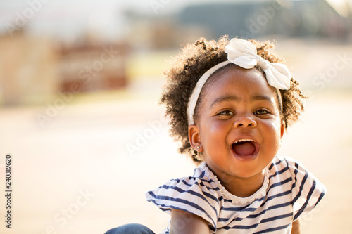 Photo  Happy little girl laughing and smiling outside.