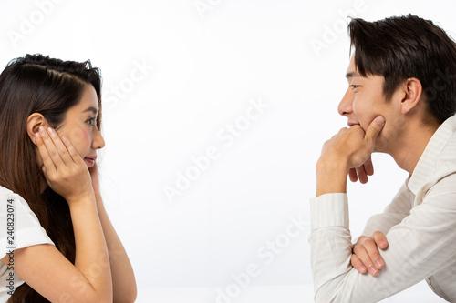 Photo  対面する男女