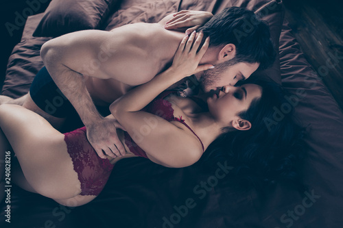 Photo  Close up side profile photo of two people wife husband laying on