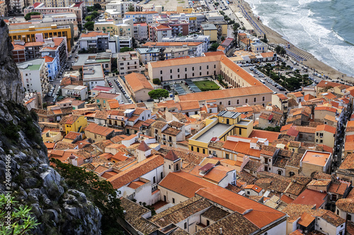 La pose en embrasure Palerme Panorama of Sicilian coastal medieval small city Cefalu (Cephaloedium) with turquoise Tyrrhenian Sea and blue sky. Province of Palermo, Cefalu, Sicily, Italy.
