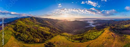 Fototapeta premium Piękny panorama powietrza widok góry zadzwonił z drogi hightway w czasie wschodu słońca.