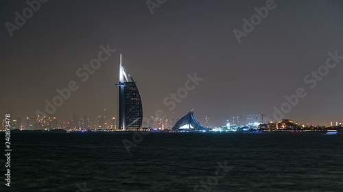 Photo  Skyline of Dubai at night timelapse with Burj al Arab in foreground in Dubai, Un