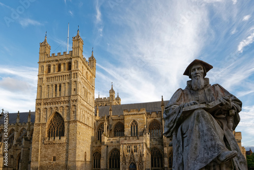La pose en embrasure Commemoratif Exeter - Richard Hooker Statue & Kathedrale St. Peter