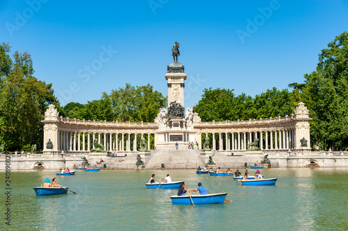 Foto  Boating lake at Retiro park, Madrid, Spain